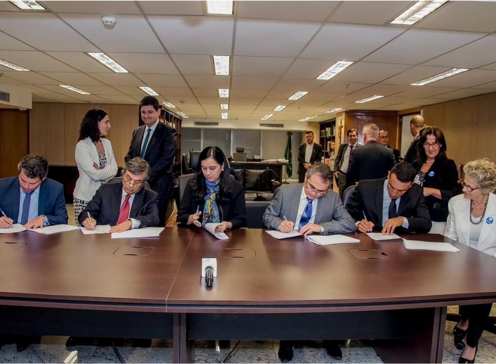 Assinatura do acordo pelo Idec, Febrapo, AGU e Febraban. Foto: AGU